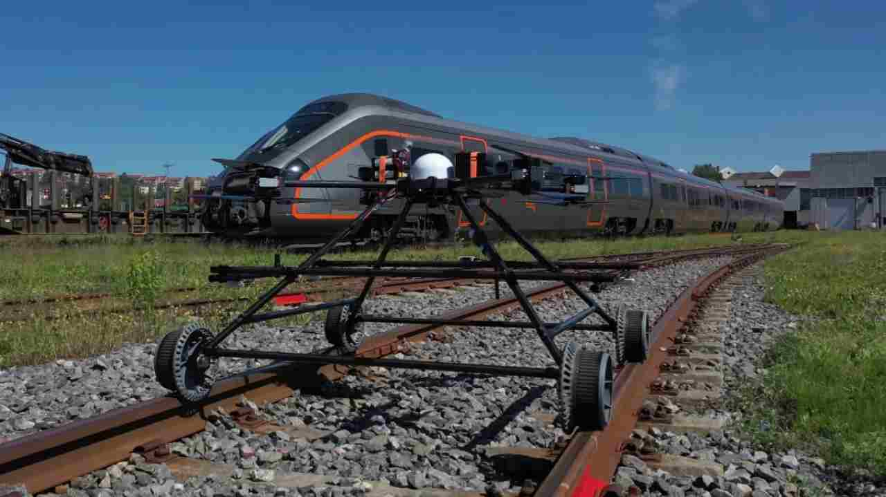 Staaker BG 300, il drone che controlla i binari e vola via quando arriva il treno [VIDEO]
