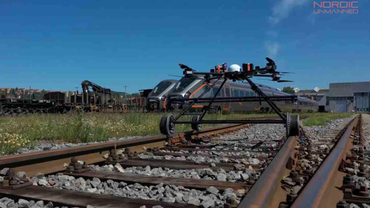 Staaker BG-300, il drone che controlla i binari e vola via quando arriva il treno [VIDEO]
