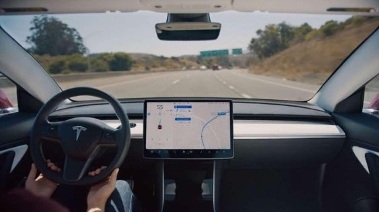 Tesla nell'occhio del ciclone dopo l'ultimo incidente: si apre un'indagine